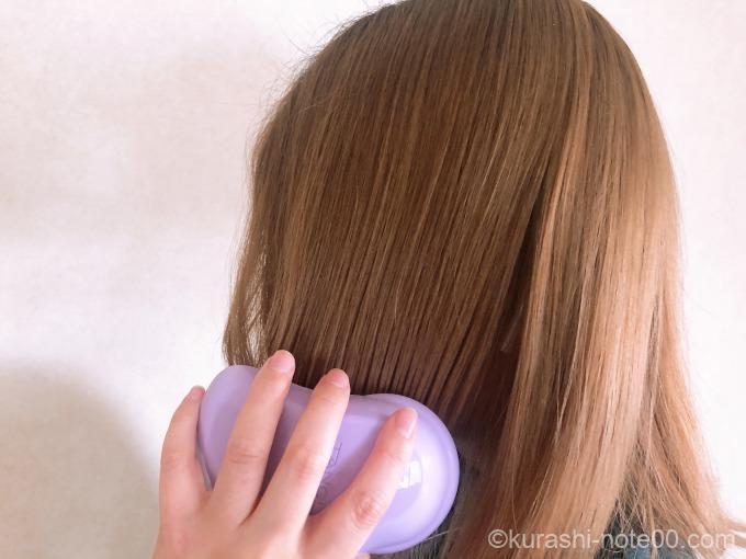 髪を梳いている最中