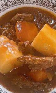 ビーフシチューをおいしく作る隠し味は赤ワイン、お肉を柔らかくするヨーグルトが決め手!