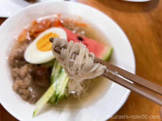 韓国冷麺を箸でつまんだところ