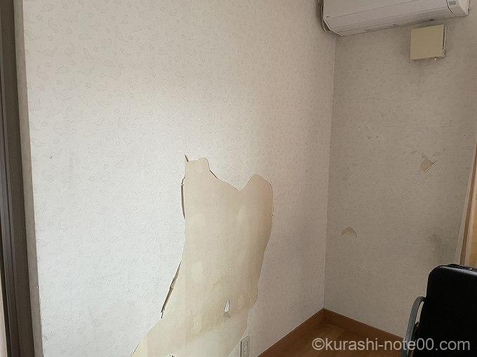 壁紙が剥がれた子ども部屋