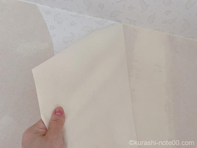 壁紙を剥がす