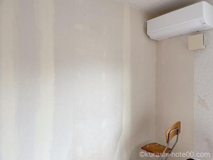 壁紙がはがれた部屋