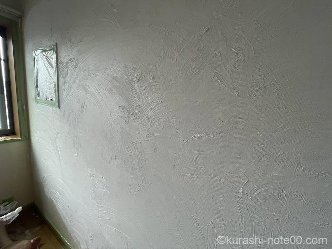 一面手で塗るモルモルを塗り終えたところ
