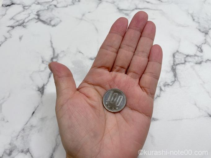 100円玉を載せた手のひら