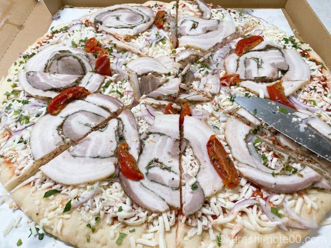 8等分に切り分けた丸型ピザポルゲッタ