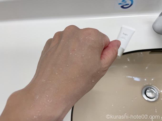 水をはじく手